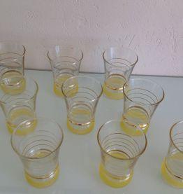 Serie de neuf verres vintage jaune et liserés or / années 60