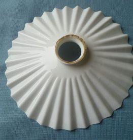 abat jour ancien en opaline blanche plissée, vintage