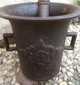 mortier et pilon d'apothicaire ancien en fonte