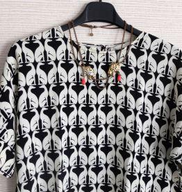 Top large blouse manches courtes motif noir et blanc