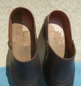 paire de sabots en bois et cuir