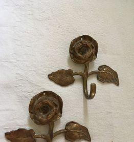 Deux patères en forme de fleur.