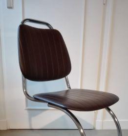 Lot de quatre chaises en porte à faux