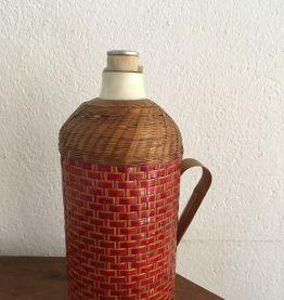Ancienne bouteille isotherme gainée d osier tressé bicolore.