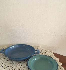 Deux plats émaillés assortis en bleu et vert.