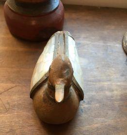 Canard en bois avec ailes en nacre.