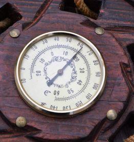 Ancien baromètre en bois et corde