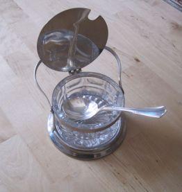 Joli sucrier en verre et métal avec une cuillère vintage