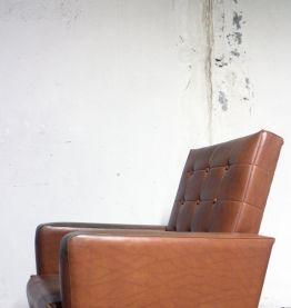 Fauteuil skaï marron années 60