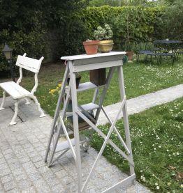 Ancien escabeau en bois vintage gris pâle