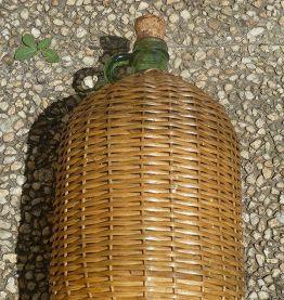 bouteille  avec sa  robe  d'osier , vintage