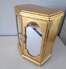 Boîte à bijoux musicale dorée.