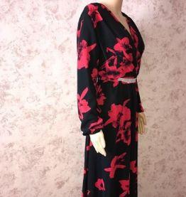Robe noire et fleurs rouges