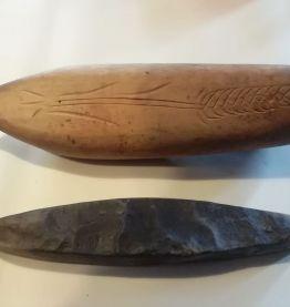 ancien coffin en bois avec sa pierre