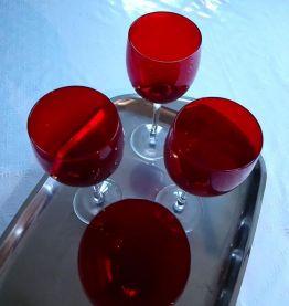 4 jolis verres à vin.