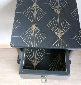 Chevet noir, tablettes motifs géométriques