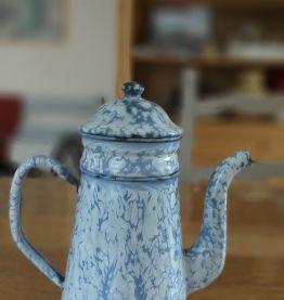 Cafetière en tôle émaillée bleu chiné
