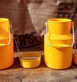 Deux pots à lait en plastique (POLA)