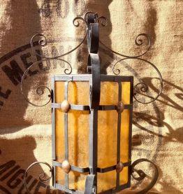 Ancienne suspension en métal et en verre jaune