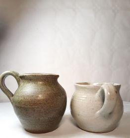 Set de deux pots à lait en grès émaillés
