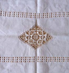 Ancien chemin ou centre de table en fil de lin brodé main