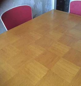 Table salle à manger pieds compas et 4 chaises Skaï rouge