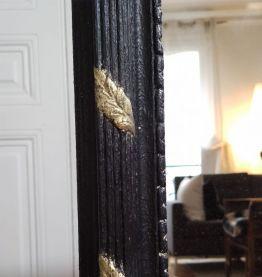 Grand miroir en XX ème siècle résine noire et dorée