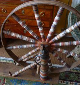 rare rouet à filer la laine bois polychrome 18ième
