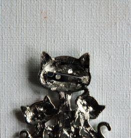 Jolie broche chatte et ses chatons. Façon émaux. Neuve.