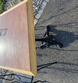 Table bistrot carrée pied central fonte