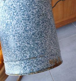 Seau émaillé bleu et blanc vintage
