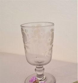 verre ancien à pied, sablé fleur