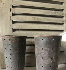 Paire d'anciens moules à faisselles, forme haute