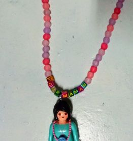 """Collier Playmobil, """"pour maman"""", perles roses"""