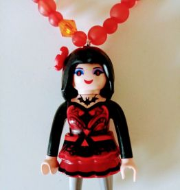 Collier Playmobil, perles rouges, figurine rouge, noire