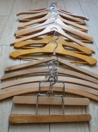 lot de 16 cintres en bois, dont 2 cintres de teinturerie