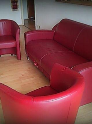 Canapé cuir rouge foncé et 2fauteuils offerts