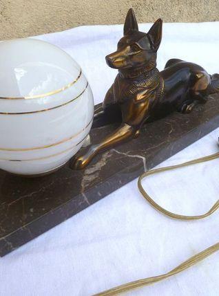 lampe de chevet vintage, chien en régule sur socle en marbre