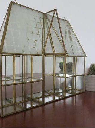 Ancienne grande vitrine pour miniatures en laiton