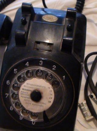 ancien téléphone en bakélite noir