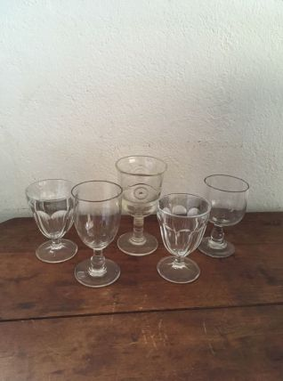 Ensemble cinq verres à pied dépareillés.