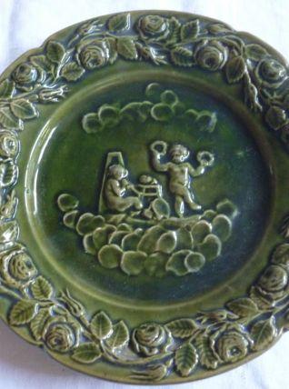 Assiette barbotine verte decor d'anges Digoin