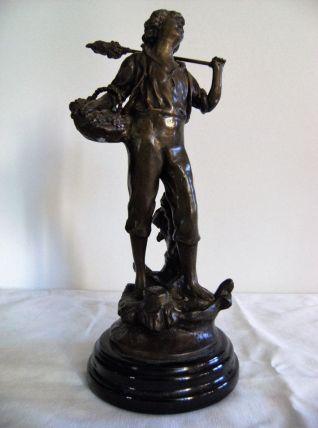 """Statue """"enfant et panier de fruits/raisin"""" signé"""