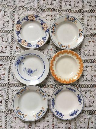Six assiettes creuses dépareillées en brun  et bleu.