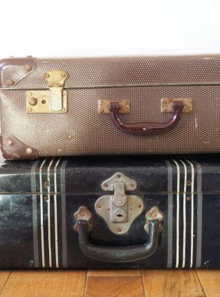 Valise bleue foncée en métal