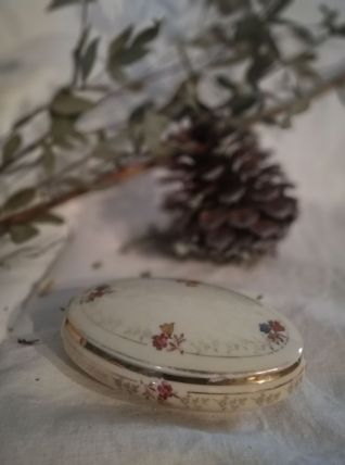 Rare boîte ovale en porcelaine de Limoges écrue et fleurs