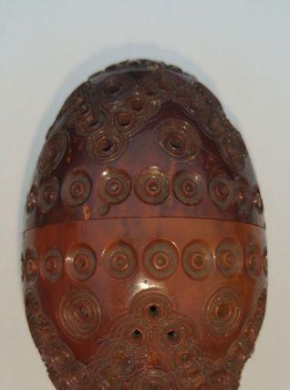 Superbe boîte en forme d'oeuf sculpté en bois de corozo