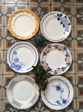 Six assiettes plates anciennes dépareillées en brun et bleu.