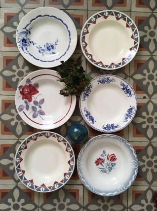 Six assiettes creuses  dépareillées en rouge et bleu.