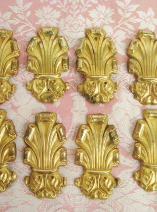 Lot de 8 éléments décoratifs en laiton repoussé